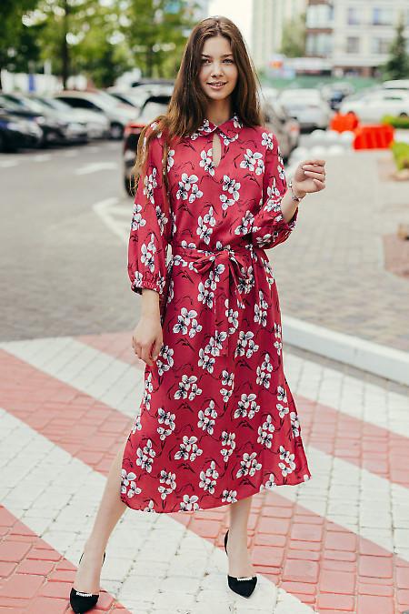 Яркое малиновое платье в цветы. Деловая женская одежда фото