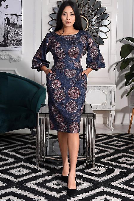 Синее трикотажное платье в узоры