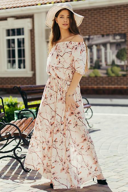 Летнее платье персиковое с открытыми плечами. Деловая женская одежда фото