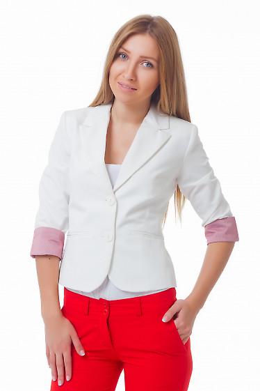 Жакет молочный с полосатой манжетой. Деловая женская одежда
