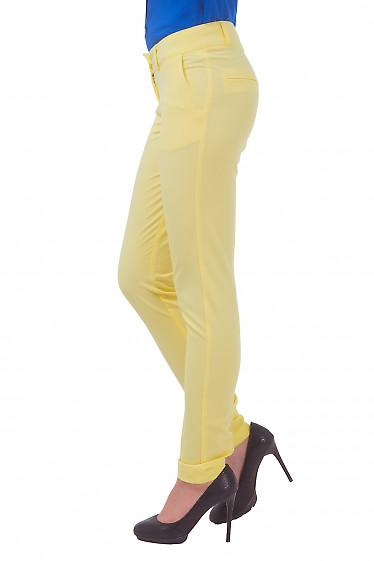 Зауженные брюки желтого цвета