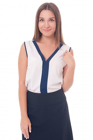 Белый топ с синей вставкой. Деловая женская одежда фото