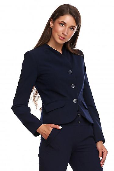 Жакет синий со складками на воротнике. Деловая женская одежда фото