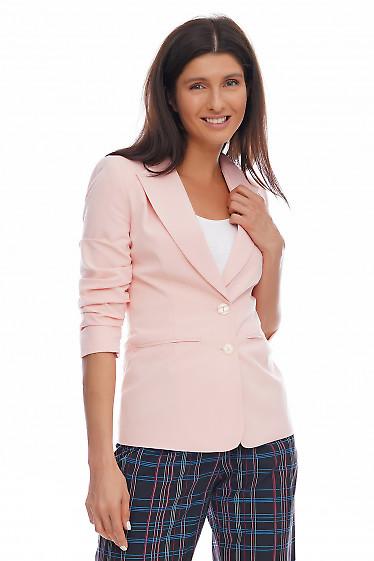 Купить жакет персиковый со сборкой на рукаве. Деловая женская одежда фото