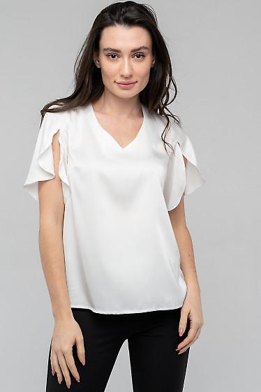 Блузка белая с разрезом на широких рукавах. Деловая одежда