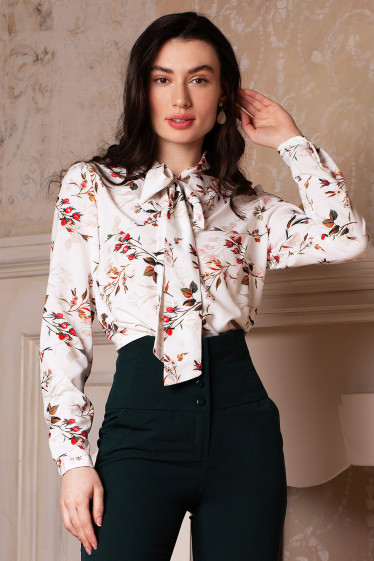 Блуза молочная в цветы из софта