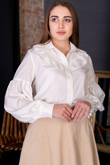 Блузка молочная нарядная с рюшем. Деловая одежда