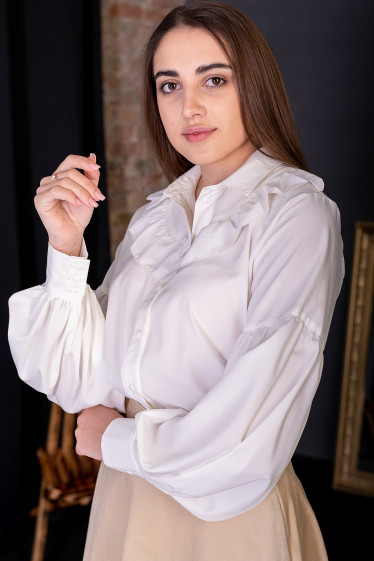 Блуза праздничная молочного цвета