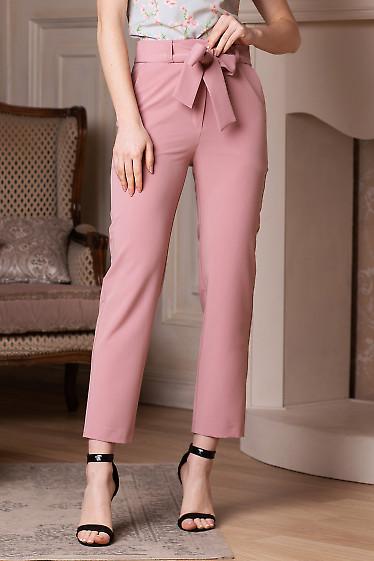 Брюки розовые короткие под пояс. Деловая женская одежда фото