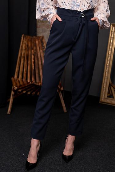 Брюки синие с пряжкой. Деловая женская одежда фото
