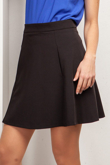 Короткая чёрная юбка с кармашками. Деловая женская одежда фото