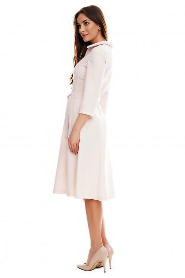 Платье миди бледно-розовое под пояс. Деловая женская одежда фото