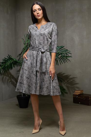 Платье пышное в серую клетку из замша. Деловая одежда