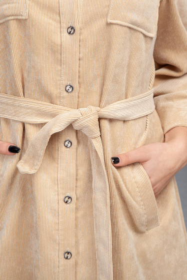 Купить платье сафари из бежевого вельвета. Деловая женская одежда фото