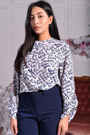 Белая блузка в синие буквы фото
