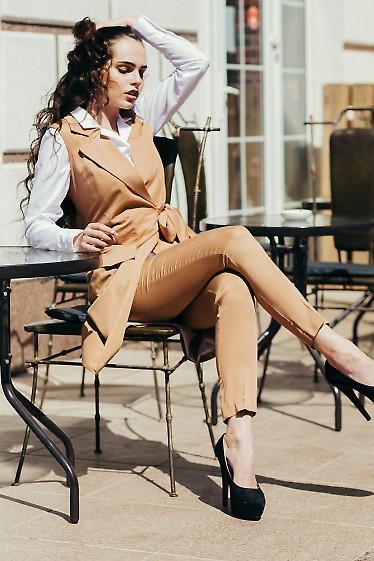 Тонкие женские бежевые брюки. Деловая женская одежда фото