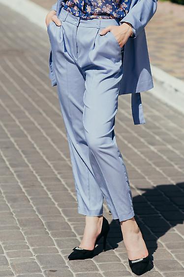 Летние голубые брюки. Деловая женская одежда фото