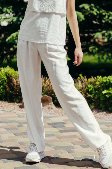 Купить белые женские брюки палаццо с защипами. Деловая женская одежда фото