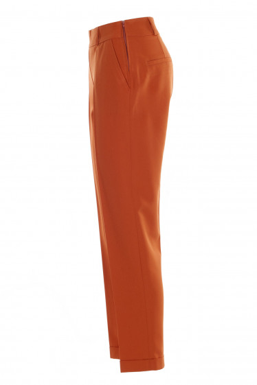 Зауженные терракотовые брюки. Деловая женская одежда фото